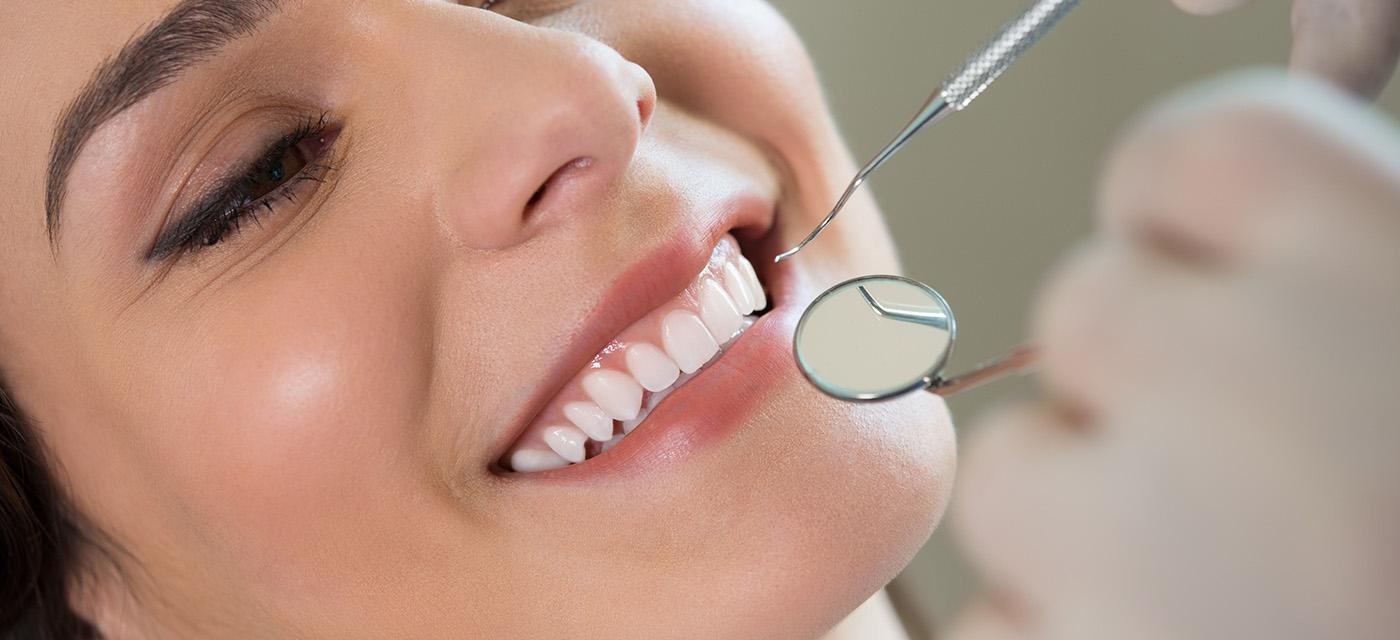Mujer sonríe durante revisión con el dentista
