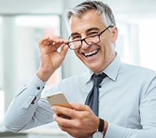 Hombre luce su sonrisa con prótesis dentales