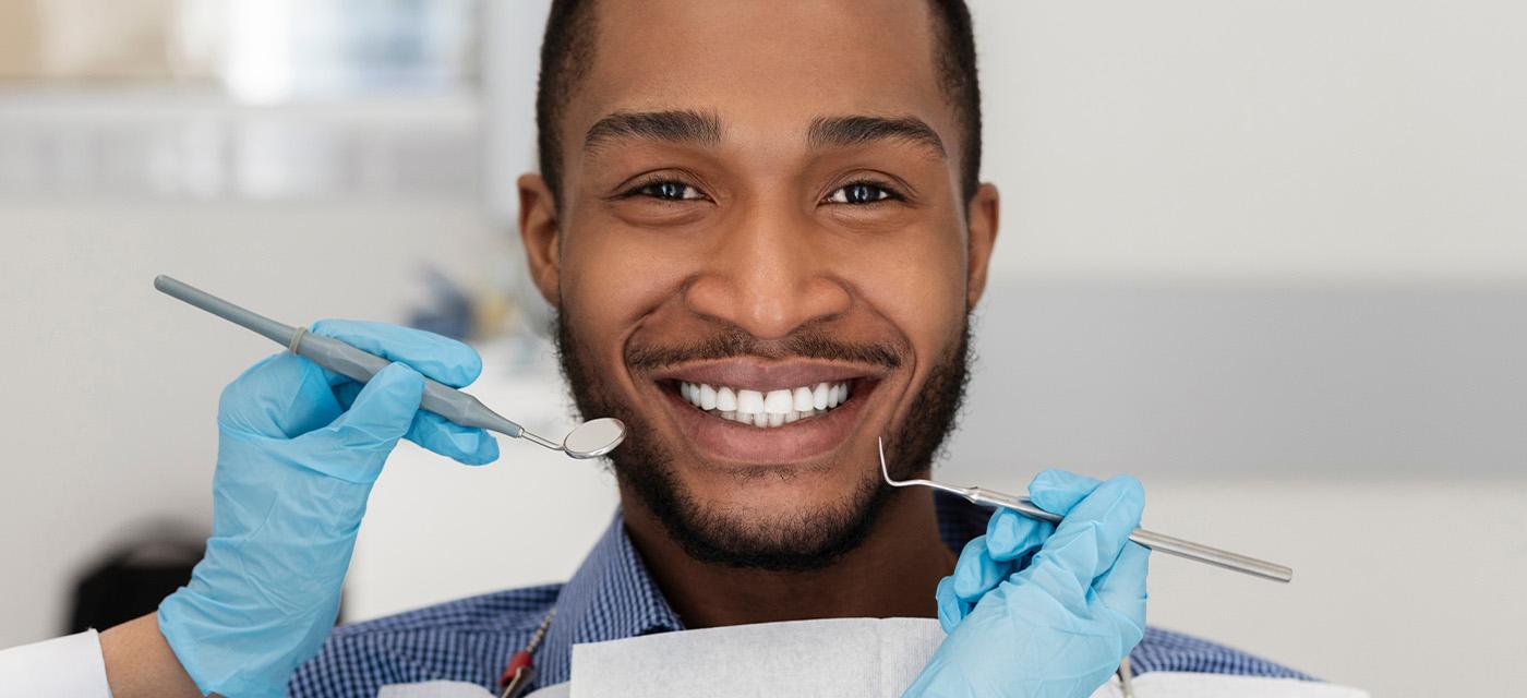 Hombre durante revisión dental dentro del consultorio