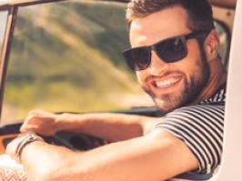 Hombre luce su sonrisa con carillas dentales