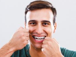 Hombre con ortodoncia