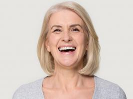 Paciente recibe información sobre implantes dentales