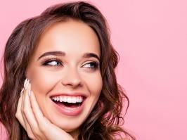 mujer con diseño de sonrisa