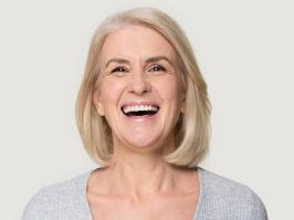 mujer con implantes dentales