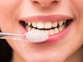 mujer se cepilla de dientes