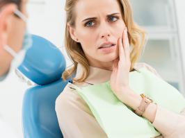 Mujer con dolor en un diente acude al dentista