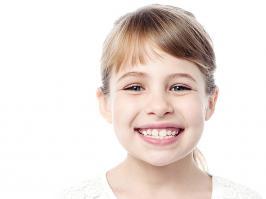 niña con dentición mixta