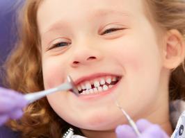 niña en cita odontológica en revisión dental