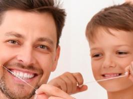 Padre e Hijo usando hilo dental