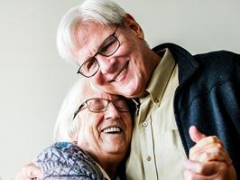 Abuelos sonríen con rehabilitación oral